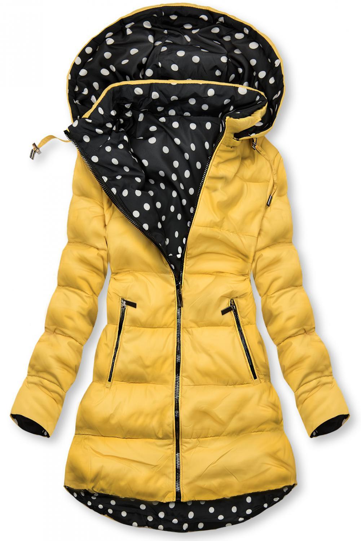 Obojstranná bunda žltá/bodkovaná. - odopínateľná kapucňa - zapínanie na zips - s opaskom (možné nosiť bez) - kovové detaily v tmavosivej farbe Vonkajšia strana: - prešívaný materiál - dve predné vrecká na zips Vnútorná strana: - bodkovaný vzor - dve otvorené vrecká na bokoch - materiál: 100% nylon, podšívka: 100% polyester