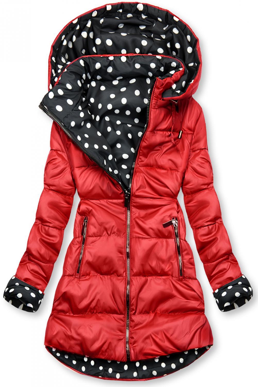 Obojstranná bunda červená/bodkovaná. - odopínateľná kapucňa - zapínanie na zips - s opaskom (možné nosiť bez) - kovové detaily v tmavosivej farbe Vonkajšia strana: - prešívaný materiál - dve predné vrecká na zips Vnútorná strana: - bodkovaný vzor - dve otvorené vrecká na bokoch - materiál: 100% nylon, podšívka: 100% polyester