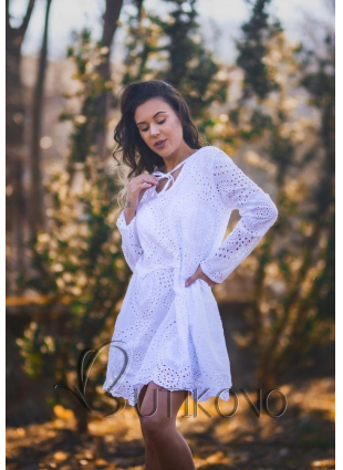 Fialové šaty z dierovaného materiálu
